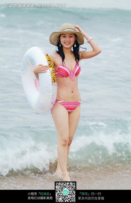 海边拿着游泳圈微笑的美女图片编号:601111