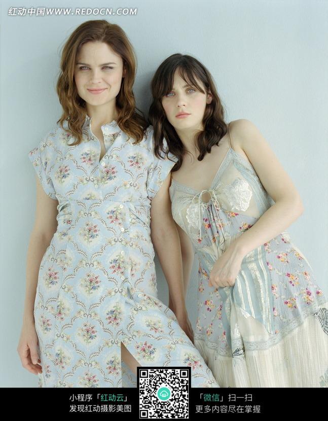 两个靠在一起的外国美女设计图片