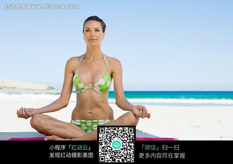 做瑜伽的比基尼美女图片设计图片