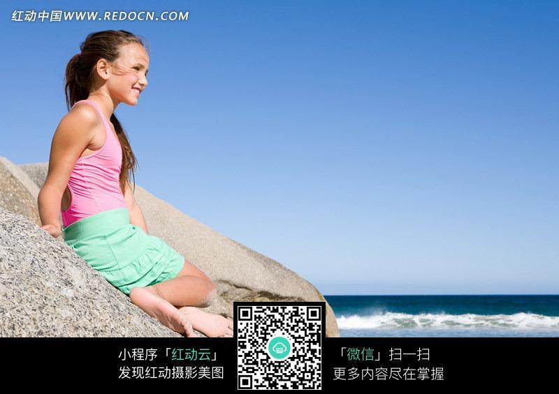 坐在岩石上的美女图片 人物图片素材|图片库|图