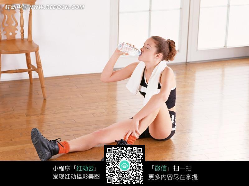 坐在地上喝水的运动女孩图片编号:665785