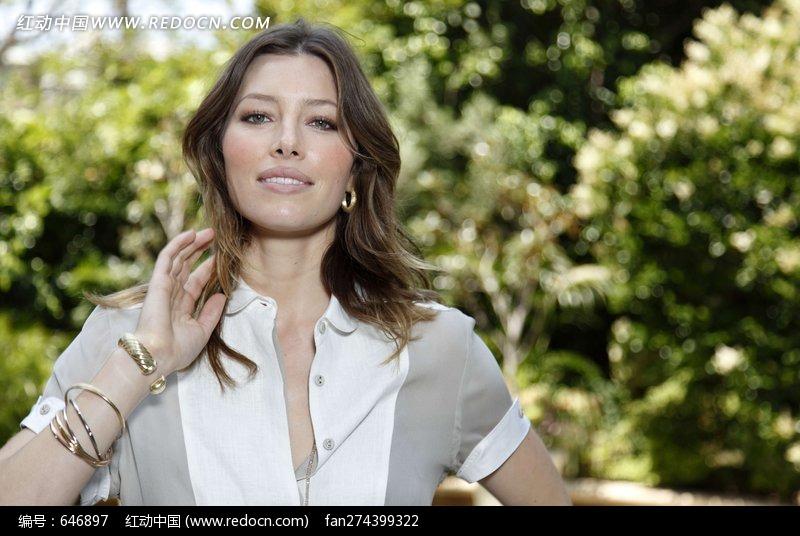单手抚摸头发的外国美女设计图片
