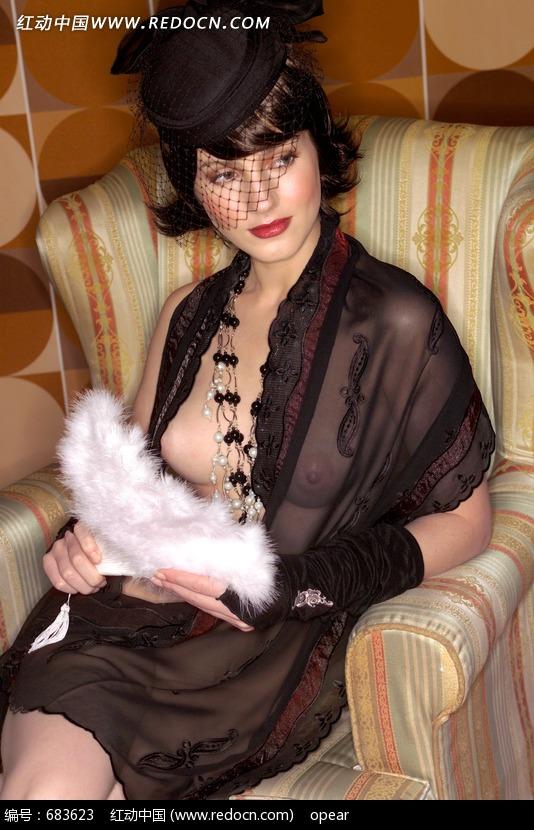 手握羽扇坦胸露乳的古典美女