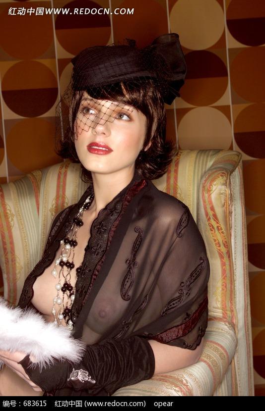 身着蕾丝复古风格透视装的新潮美女设计图片