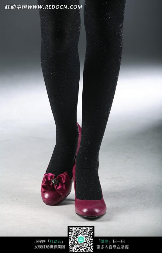 女式黑色长筒袜与紫红色鞋子服装秀图片-生活