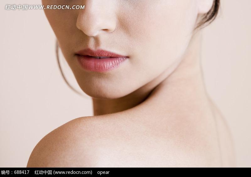 侧身裸露美女脸部特写设计图片