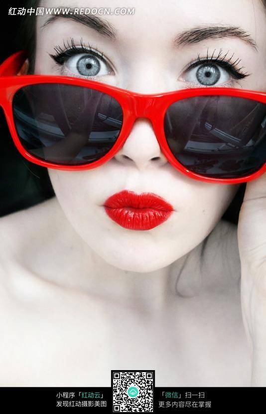 戴红边眼镜画红色嘴唇的女人面部图片 人物图