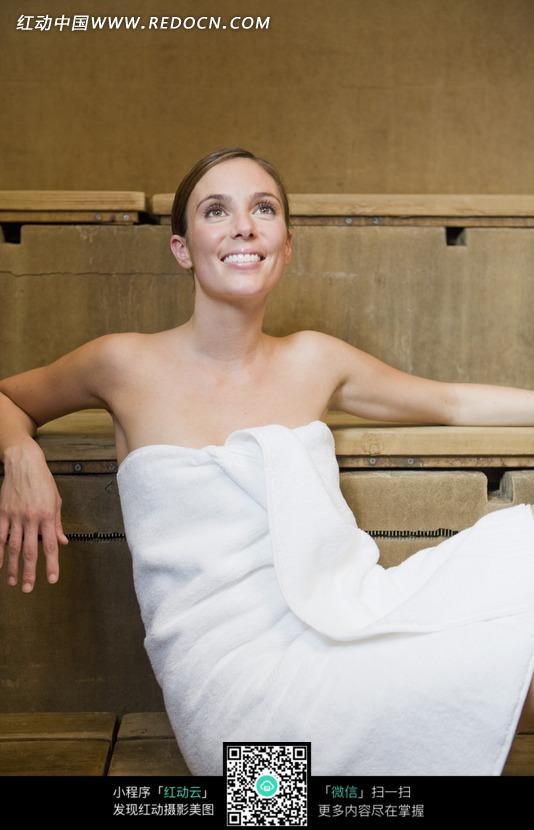 裹着浴巾的外国美女图片编号:695663