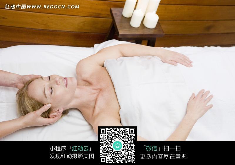 躺在床上按摩头部的美女图片编号:695609
