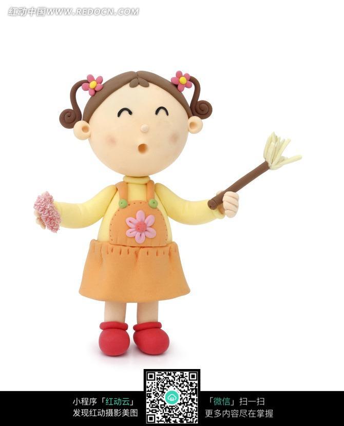手拿抹布的可爱卡通小女孩设计图片