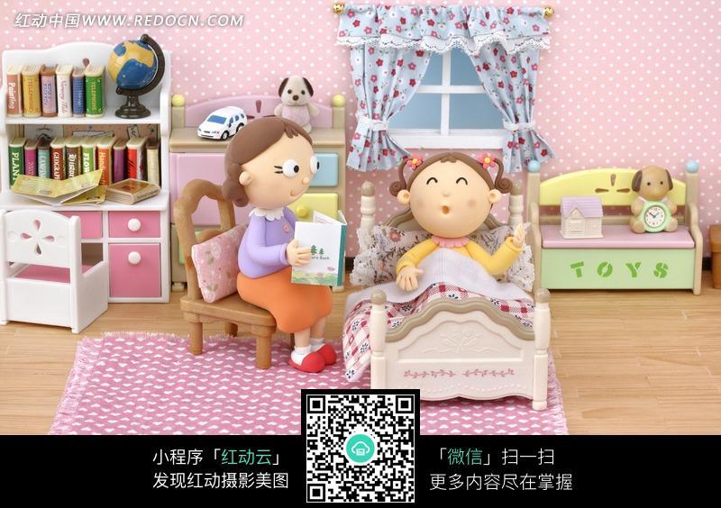 为躺在床上的女孩讲故事的女子图片编号:700863