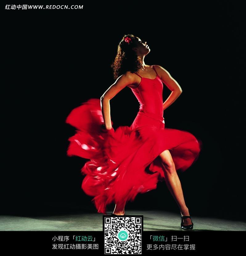 穿红色衣服跳舞的女子设计图片
