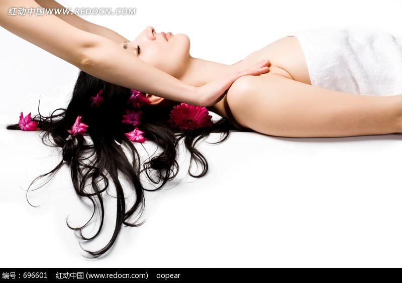 美容spa美体鲜花美女女性闭目享受图片素材肩部按摩