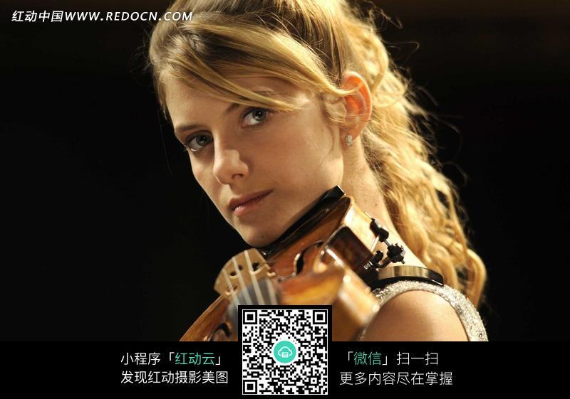 拿小提琴的外国金发美女图片编号:697409