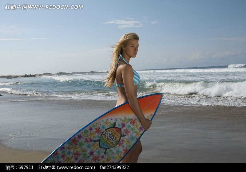 拖着冲浪板站在海滩上的外国泳衣美女图片编