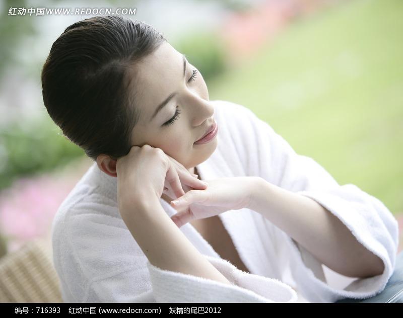双手托着侧脸睡觉的美女图片编号:716393