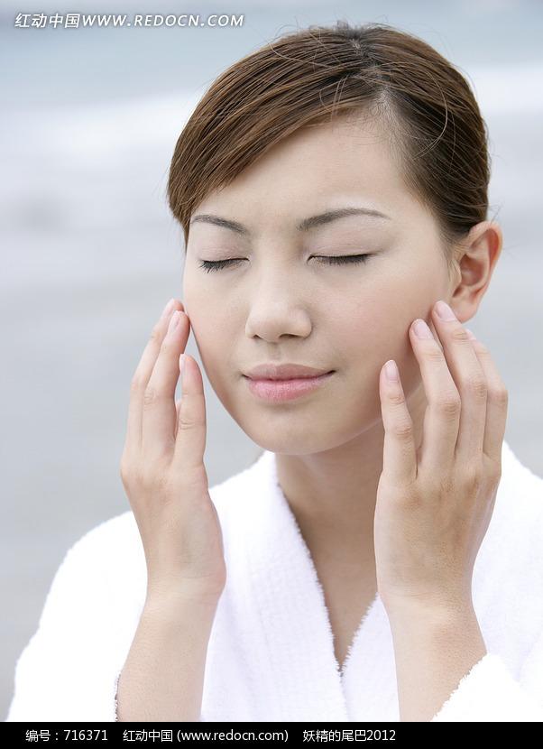 女人按摩脸部的手图片编号:716371 女性女人