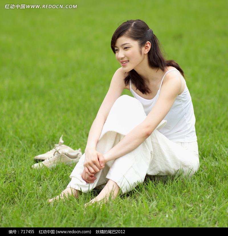 坐在草地上双手抱膝的美女图片编号:717455