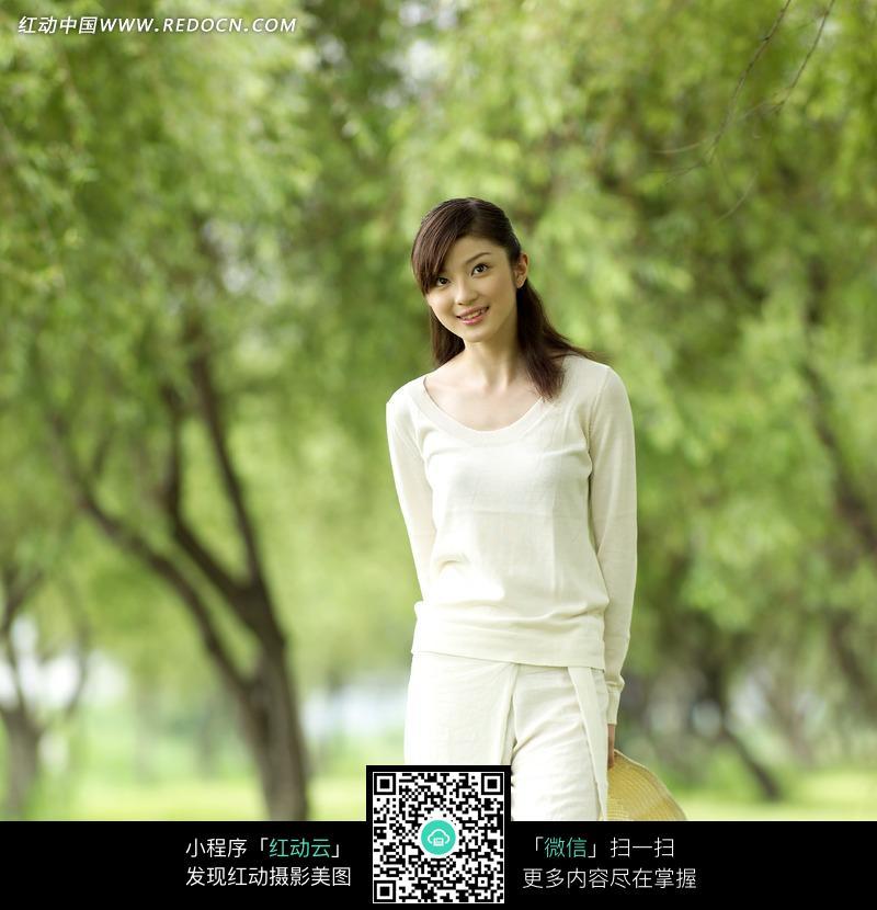 绿树前的白衣美女图片编号:717411