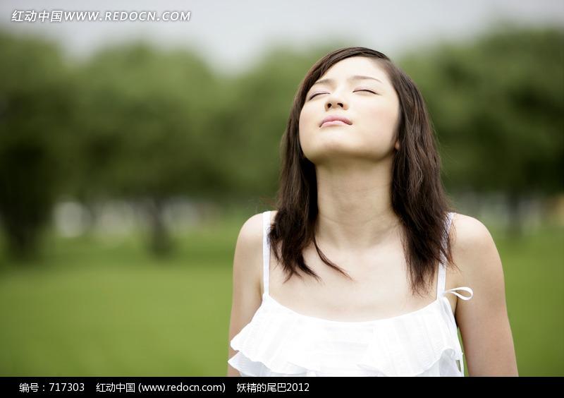 陶醉自然的长发美女图片设计图片
