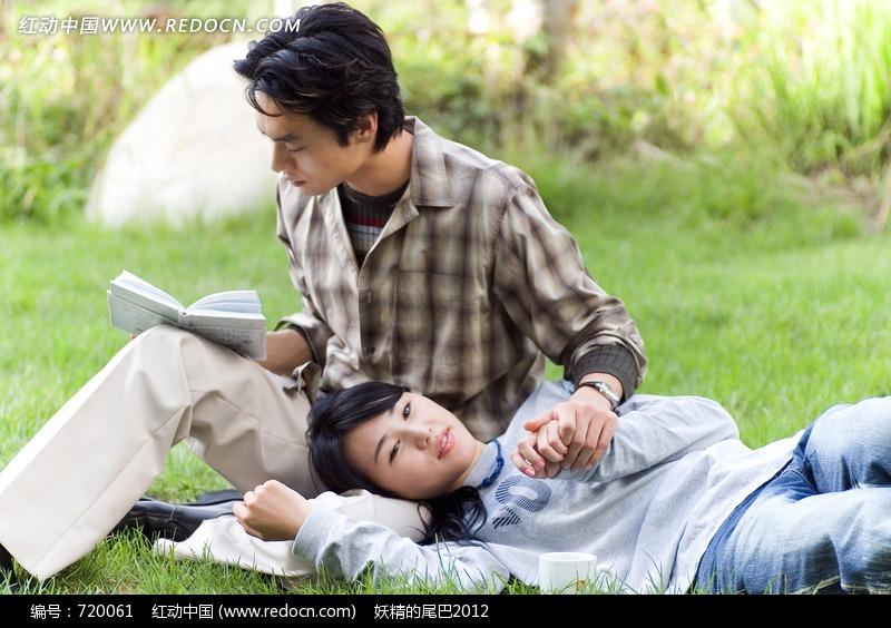 看书的男子和躺在男子腿上的女子图片编号:7