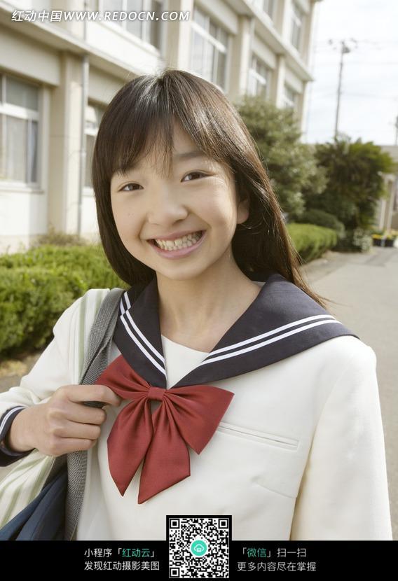 背书包高兴走在校园里的日本女中学生设计图片图片
