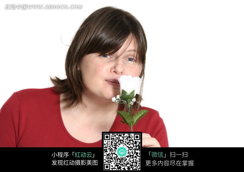 手拿白色玫瑰花的红衣外国女孩图片(编号:732489)
