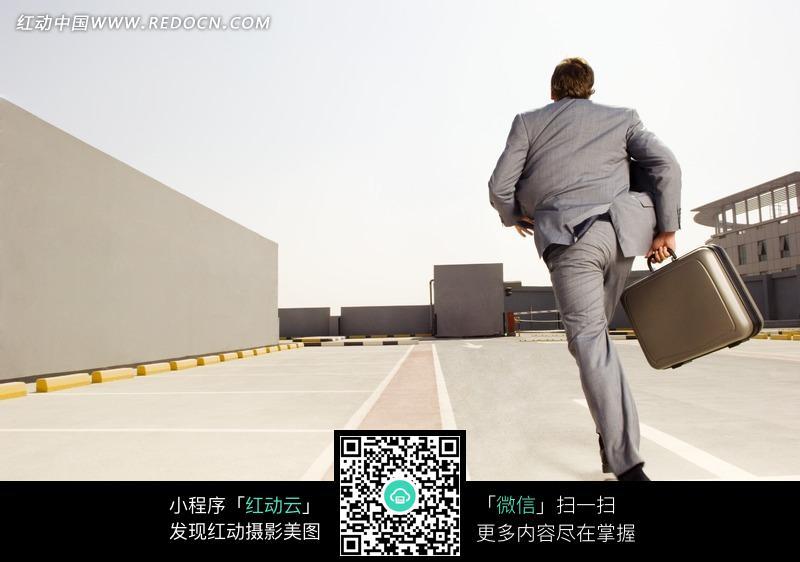 男人向前奔跑过来的图片_提着箱子向前奔跑的男子的背影图片编号737