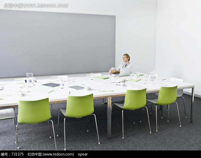坐着的手抱膝盖的女子图片(编号:731375)_室内