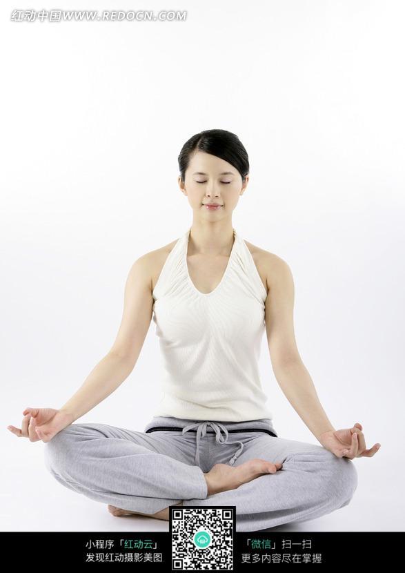 盘腿打坐的瑜伽女子图片(编号:743593)