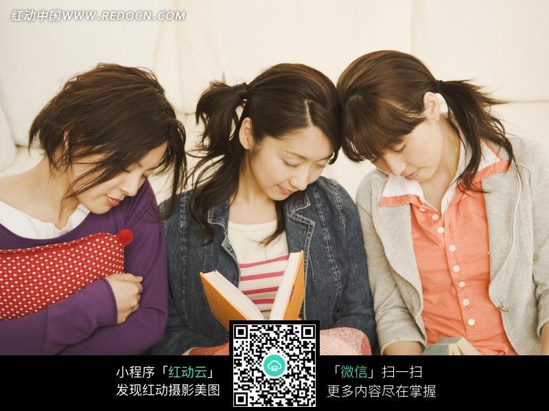 三个在休闲读书的美女图片编号:751281