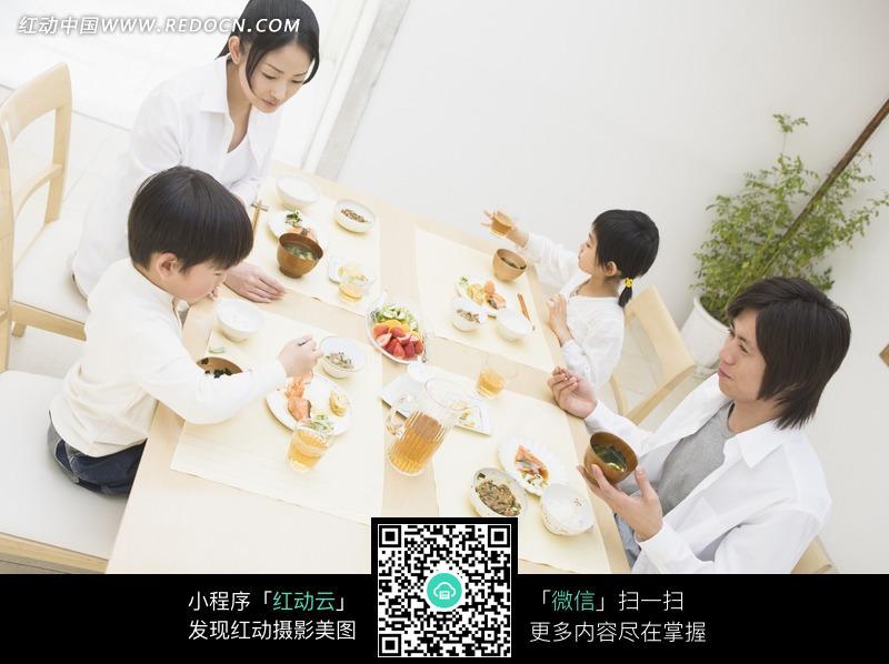 坐在餐桌前吃饭的一家人设计图片-一家人吃饭 一家人吃饭的卡通图片