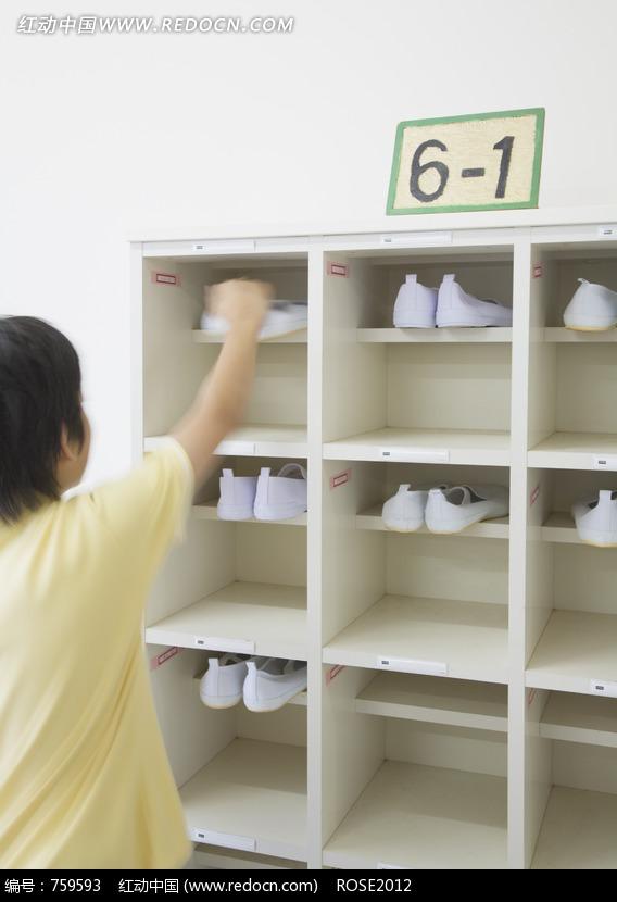 一个正在摆放鞋子的学生图片(编号:759593)