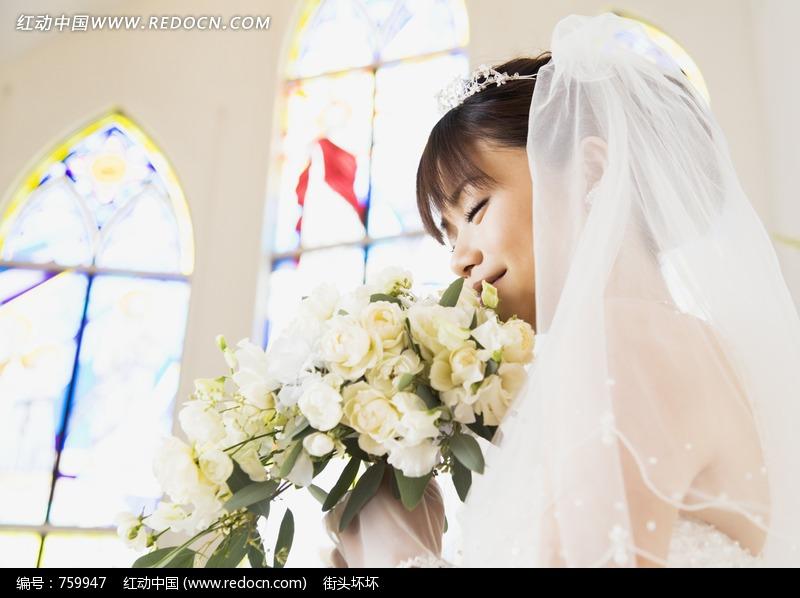 闭眼睛闻花香穿婚纱的女孩图片编号:759947