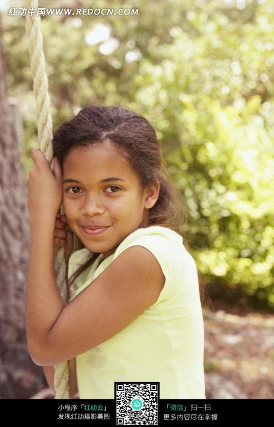 拉绳子的微笑的女孩设计图片
