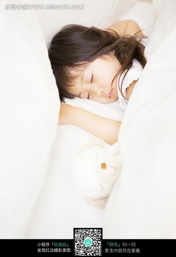 在被子里睡觉的女孩图片编号:794699