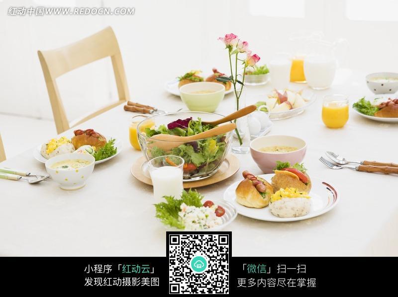 一桌子丰盛的早餐图片(编号:799819)_日常生活