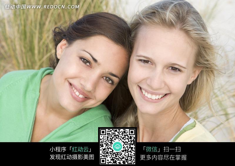 依偎在一起的两个外国美女图片编号:821509