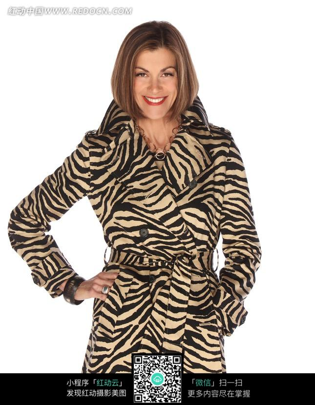穿豹纹风衣微笑的外国美女图片 人物图片素材