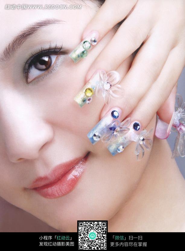 美女和漂亮指甲特写设计图片