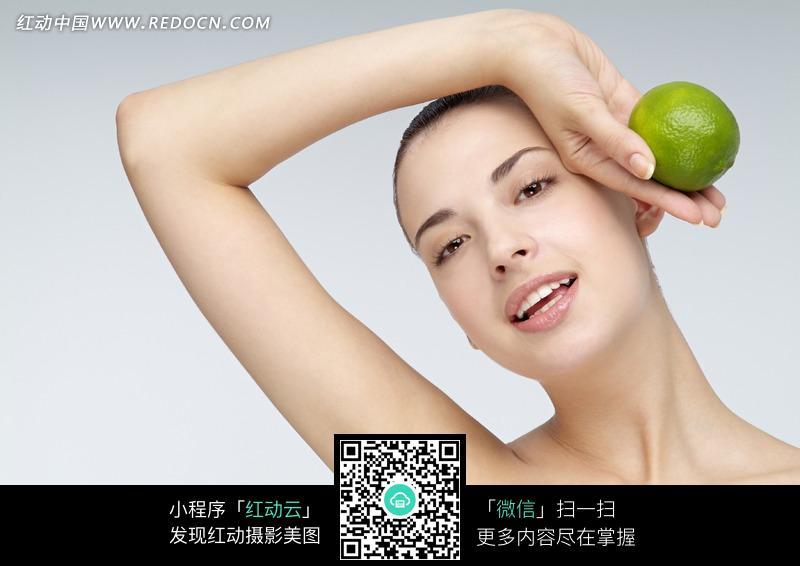 拿女人的漂亮女人图片(唱歌:850365)_女性美女编号柠檬泰国图片