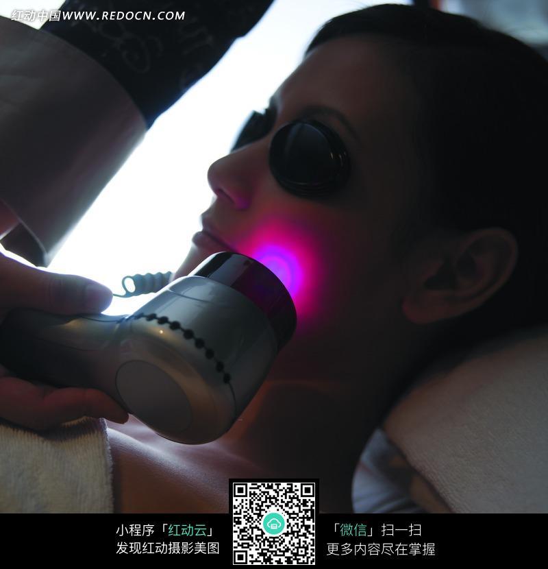 被红外线照射的戴墨镜的美女设计图片