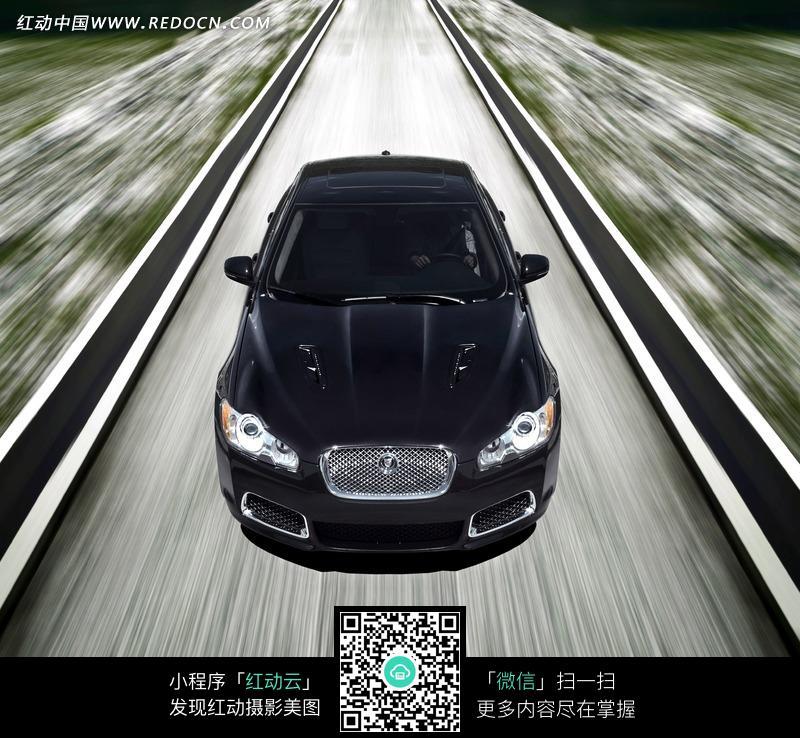 正在高速行驶的黑色捷豹汽车图片高清图片