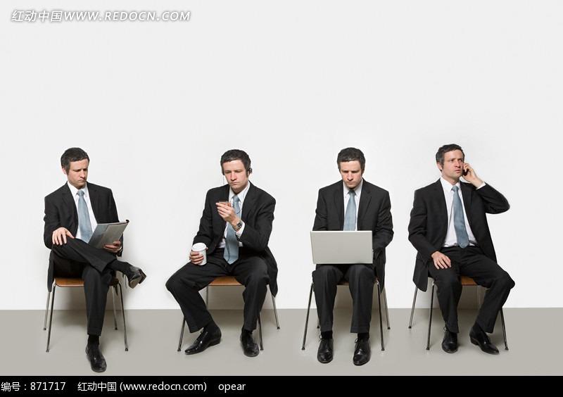 商人与不同的对象 坐在椅子上看书打电话电脑的男人图片 高清图片