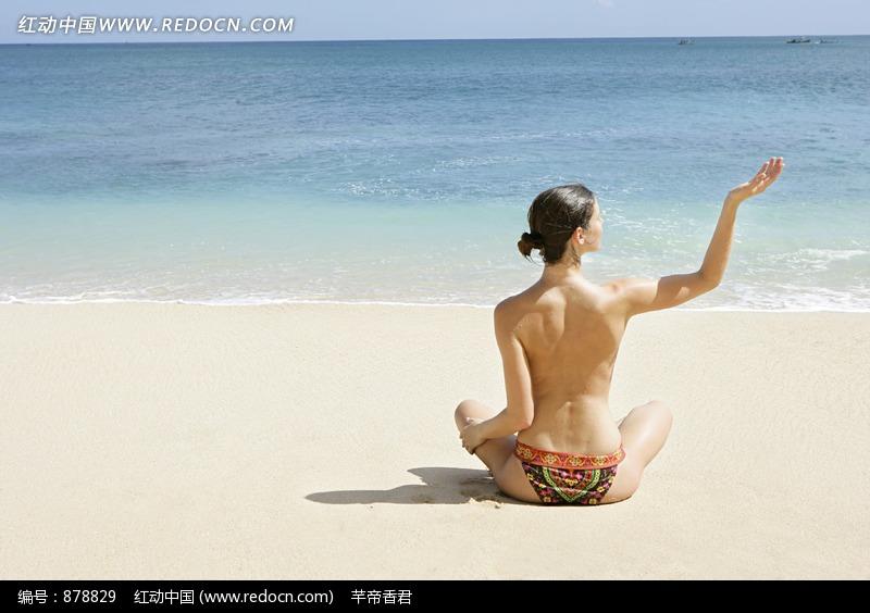 沙滩上做瑜伽的外国美女设计图片