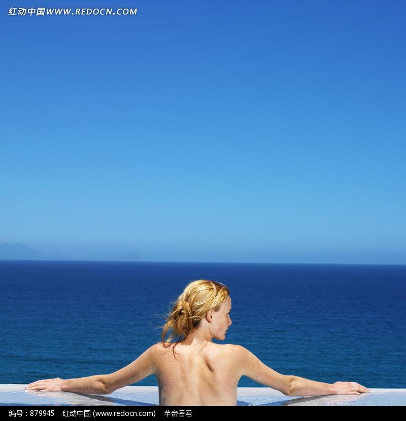 面对大海的外国美女的背影图片 879945
