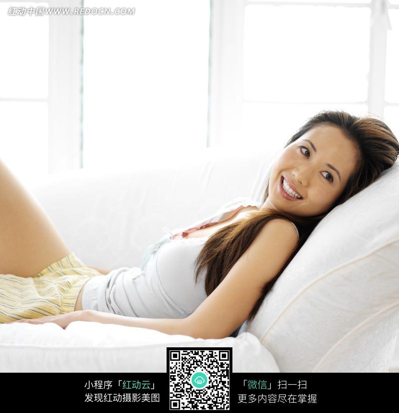 躺在沙发上的美女图片编号:879877