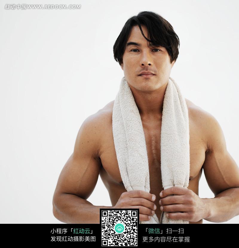 双手抓着挂在脖子上毛巾的男人图片编号:879867