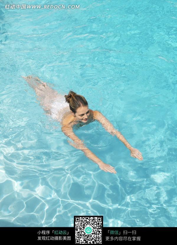 在泳池里游泳的美女图片 人物图片素材 图片库 图库