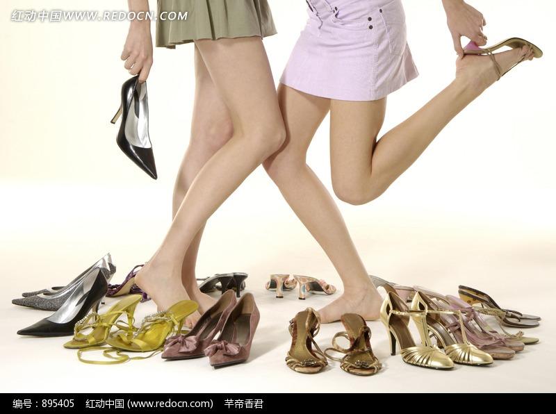 在一堆鞋子中间穿高跟鞋特写图片(编号:895405)
